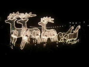 kerstgevoel versierde straat van zolder met die levensgroot verlichte rendieren